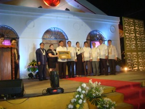 "POGI, BONA, AND MACHETE: Board Member Amado ""Pogi"" Espino III receives a plaque of appreciation composed of a set of the town made machete from Mangaldan Mayor Bonafe de Vera-Parayno  (2ND From left) and the members of the Sangguniang Bayan (council) when he graced the coronation of Mrs. Mangaldan held at the town's public plaza in the night of March 8."
